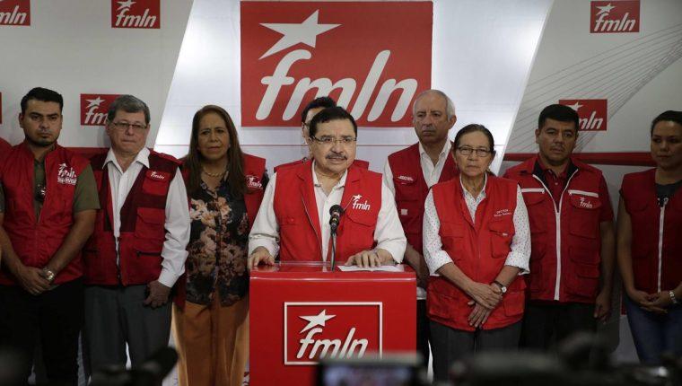 El secretario general del FMLN, Medardo González, durante una conferencia de prensa en San Salvador. (Foto Prensa Libre: EFE)