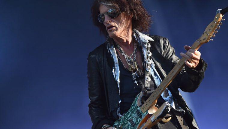 El guitarrista Joe Perry se recupera en Manhattan luego de haber sufrido quebrantos de salud al finalizar una presentación en Madison Square Garden. (Foto Prensa Libre: AFP)