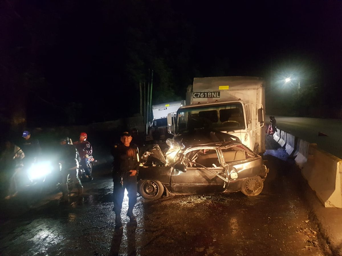 Varios vehículos resultaron involucrados en un accidente de tránsito en la ruta al Pacífico, el cual causó complicaciones a los automovilistas que se dirigían a la capital. (Foto Prensa Libre: PMT Villa Nueva)