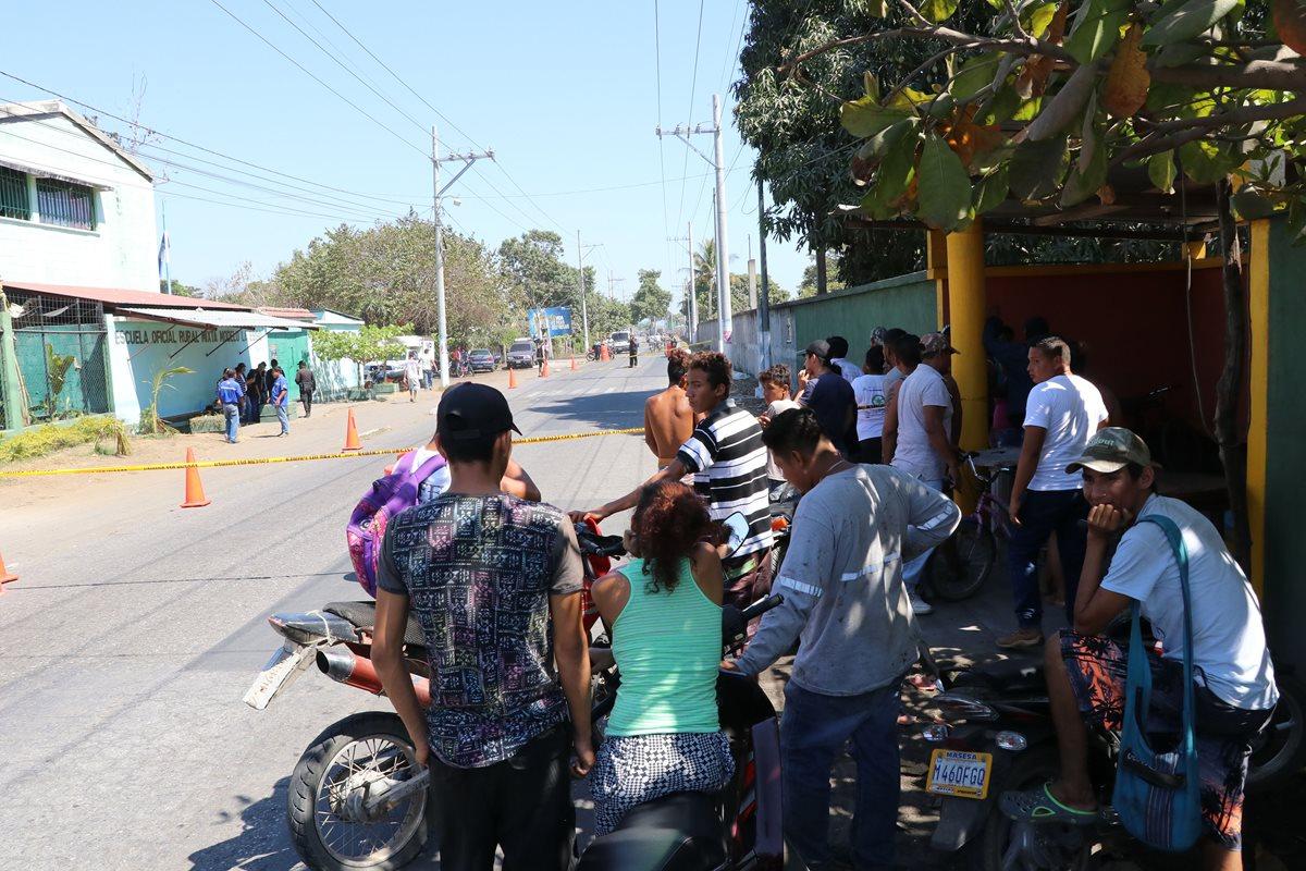 Familiares y vecinos llegan a identificar el cadáver de la víctima, quien era propietario de varios negocios. (Foto Prensa Libre: Enrique Paredes)