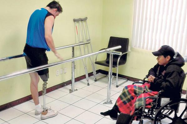 Henry Hernández coincidió, en su cita de evaluación, con un paciente que está aprendiendo a usar una prótesis parecida a la que fabricarán a su medida.
