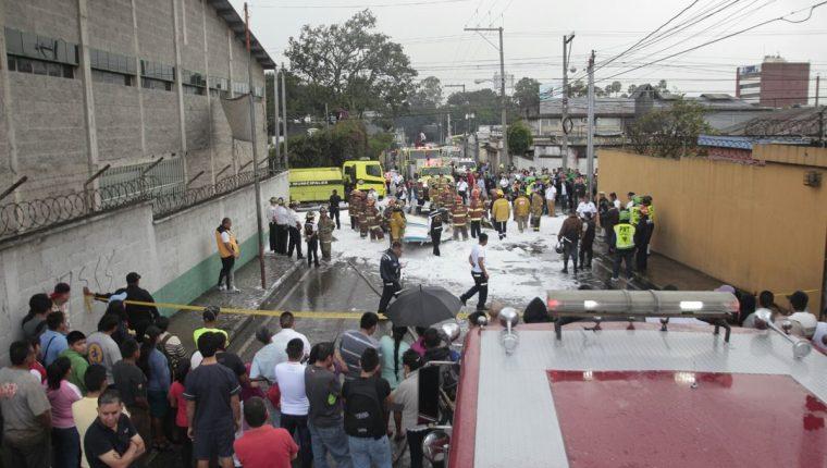Bomberos Municipales controlaron el fuego de la avioneta que explotó al caer. (Foto Prensa libre: Éricka Ávila)