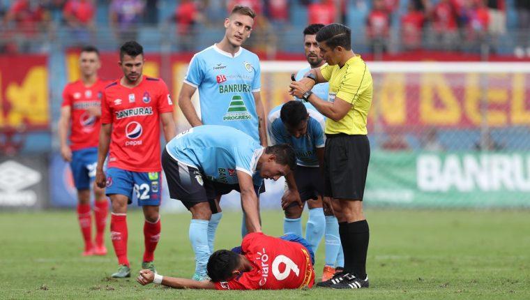 José Carlos Martínez, después de haber sufrido la lesión, en El Trébol. (Foto Prensa Libre: Francisco Sánchez)