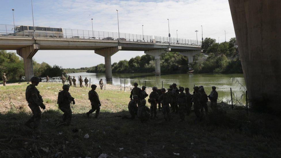 La operación militar incluye también agentes migratorios especializados y equipos de vigilancia remota nocturna para resguardar la frontera con México. GETTY IMAGES