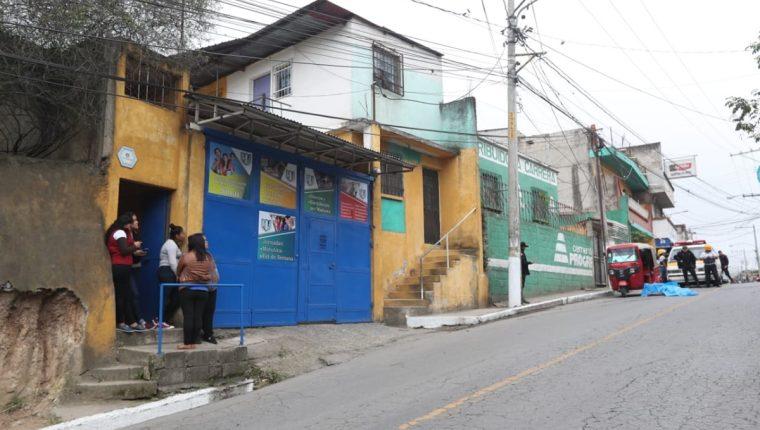 Curiosos observan la escena del crimen en Canalitos. (Foto Prensa Libre: Érick Ávila)