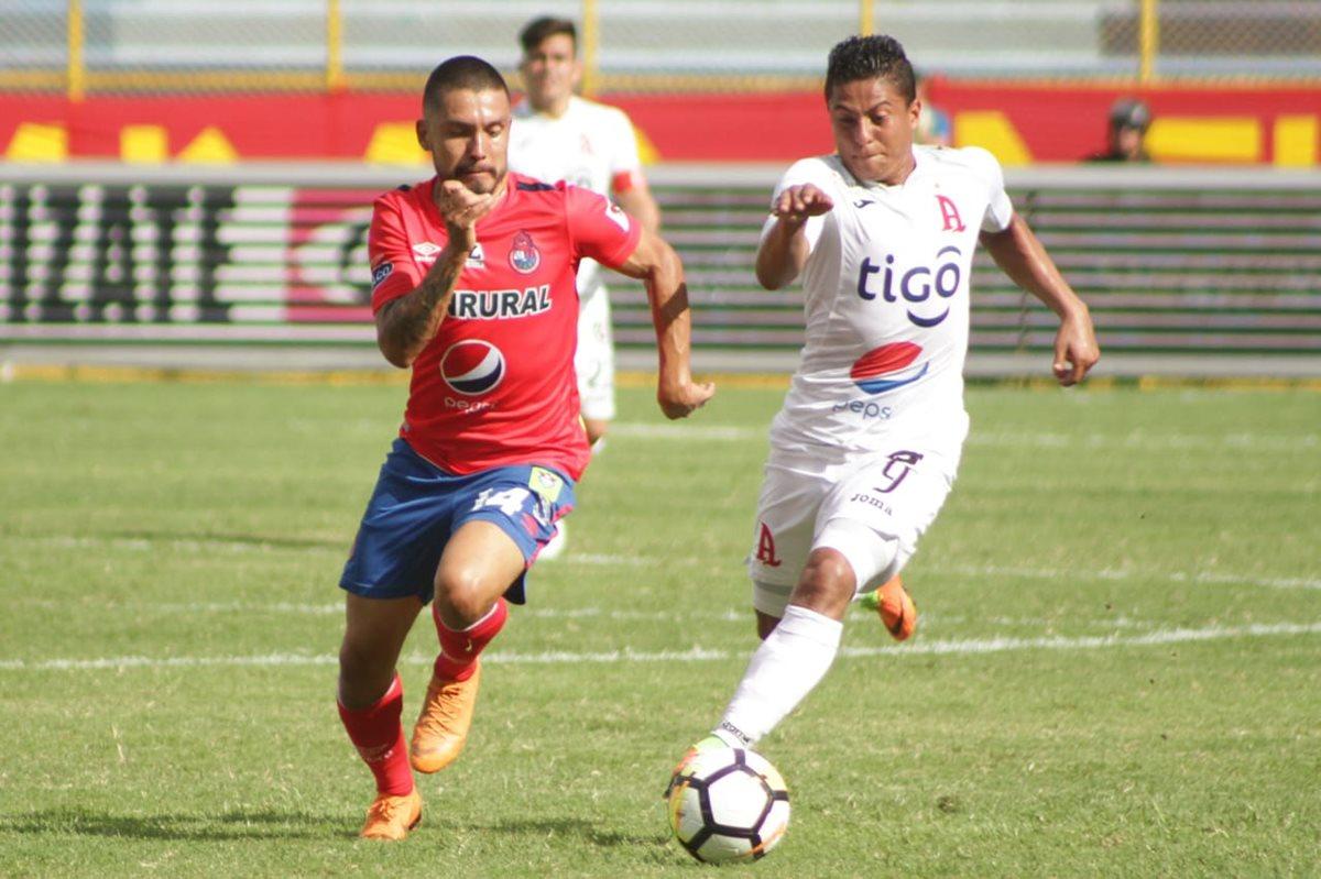 Jaime Alas pelea un balón con un jugador del Alianza esta tarde en la derrota de Municipal. (Foto Prensa Libre: CSD Municipal)