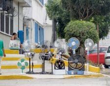 Diferentes tipos de ventiladores ofrecen en el país el mercado, desde personales y de pedestal hasta tipo caja. (Foto Prensa Libre: Edwin Bercián)