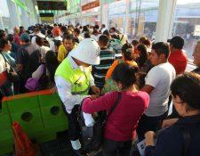 """<span style=""""font-size: 12px;"""">Un policía municipal revisa la bolsa de una usuaria antes de abordar un bus del Transmetro en la zona 1.( Foto Prensa Libre: Álvaro Interiano)</span>"""