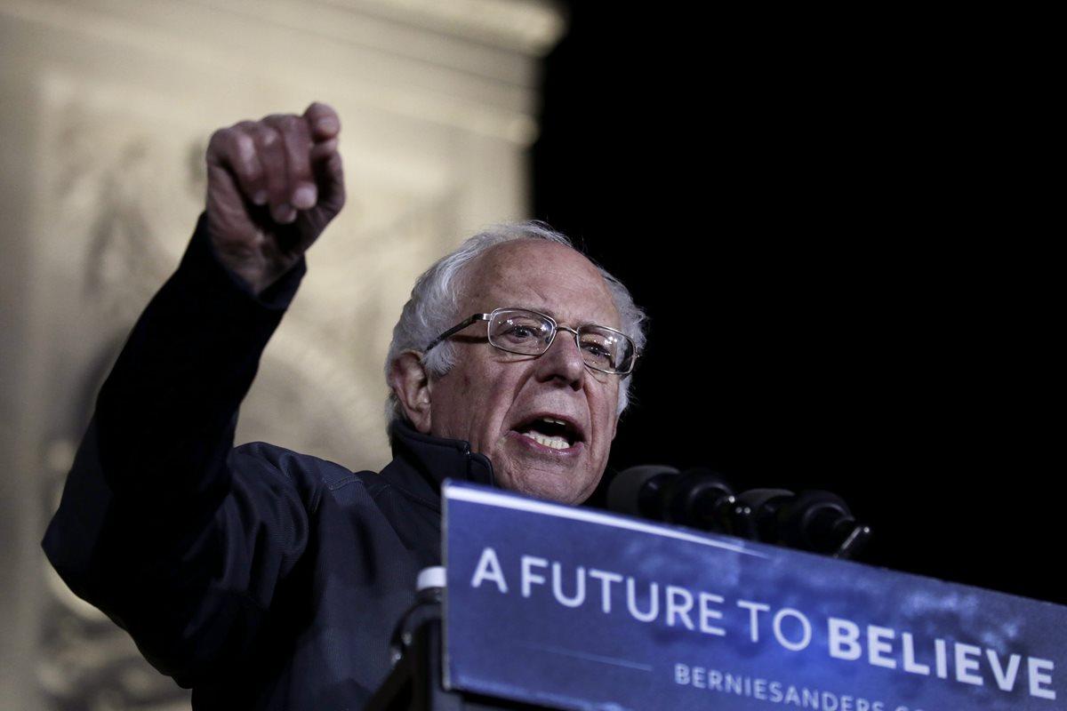 El aspirante a candidato presidencial de los demócratas Bernie Sanders se dirige a sus simpatizantes durante un acto de campaña en Washington Square Park en Nueva York. (Foto Prensa Libre: EFE).