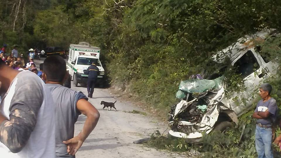 Curiosos permanecen en el lugar del accidente en Chicamán. (Foto Prensa Libre: @CBMDEPTAL).