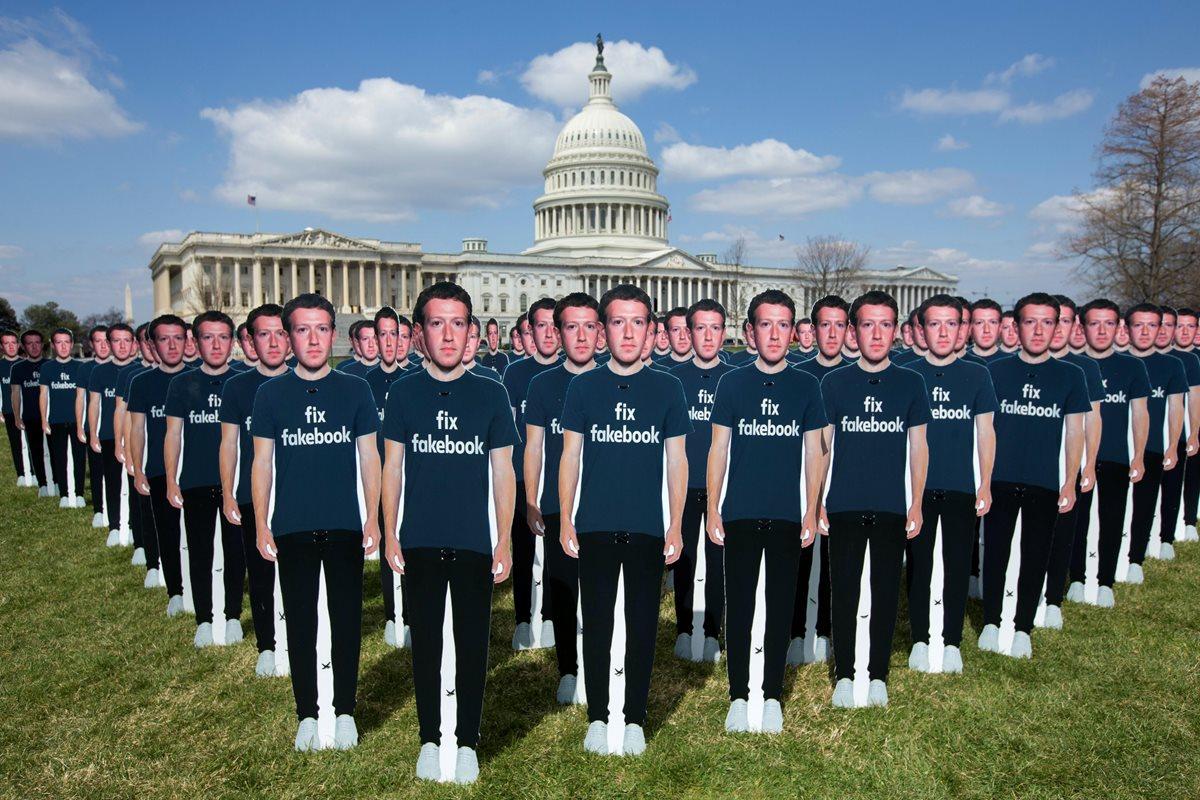 Este anuncio coincide con la audiencia que el fundador y director ejecutivo de Facebook, Mark Zuckerberg, ante el Senado estadounidense. Activistas colocaron figuras con la imagen del fundador frente al capitolio. (Foto Prensa Libre: EFE)