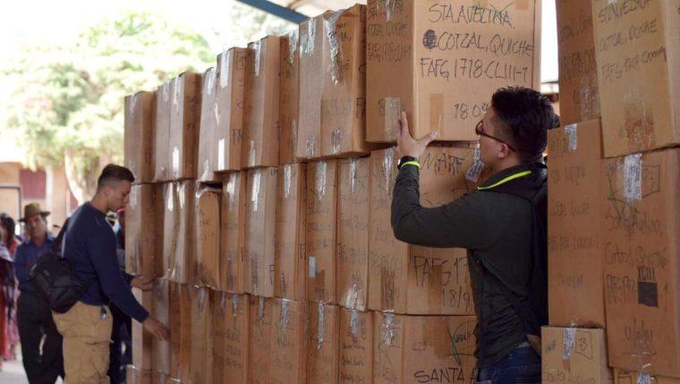 El equipo de FAFG entrega de osamentas de víctimas del conflicto armado interno en Santa Avelina. (Foto Prensa Libre: Cortesía FAFG)