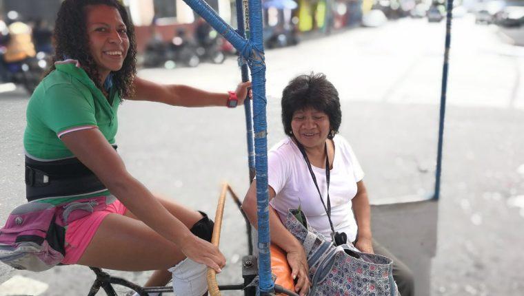 Luisa Fernanda Cabrera tienen 15 años de prestar servicio en el Centro Histórico de la capital. (Foto Prensa Libre: Óscar García).