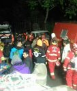 Dos excursionistas que escalaban el Volcán Atitlán, en Sololá, fueron rescatados por socorristas luego de varias horas en las que permanecieron extraviados. (Foto Prensa Libre: Conred)