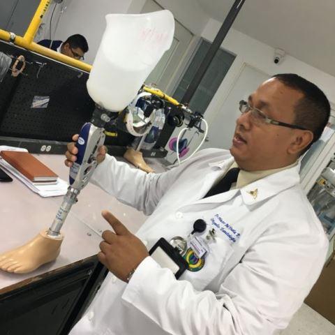 El coronel Héctor Orjuela dirige el Servicio de Amputados y Prótesis del Hospital Militar Central en Bogotá, donde se fabrican las próstesis de los soldados y se les da la primera asistencia psicológica tras sus accidentes. NATALIA GUERRERO