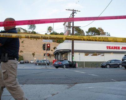 Autoridades resguardan el lugar donde se registró el tiroteo en Los Ángeles. (Foto Prensa Libre: EFE).