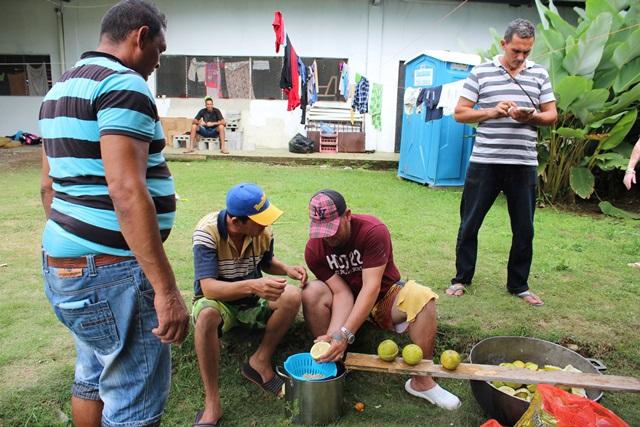 Migrantes cubanos preparan alimentos en la parroquia de Paso Canoas, en la frontera entre Panamá y Costa Rica. (Foto Prensa Libre: EFE)