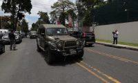 Los jeep J8 estuvieron frente a la sede de la Cicig la semana pasada cuando el gobernante anunció la no renovación de la entidad. (Foto Prensa Libre: Hemeroteca)
