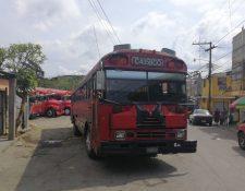 La ruta de buses urbanos rojos que opera de la zona 1 capitalina a Tierra Nueva 2 en Chinautla, suspendió el servicio este sábado. (Foto, Prensa Libre: Esbin García)