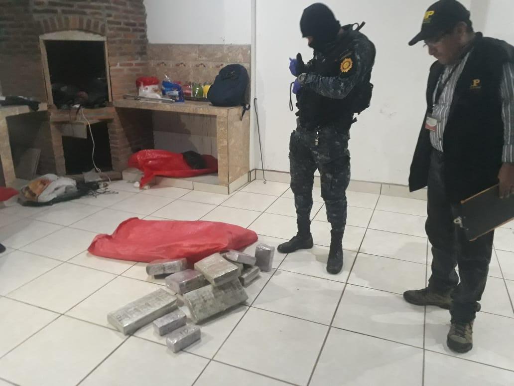 Una parte del dinero fue localizada en un costal. (Foto Prensa Libre: @MPguatemala).