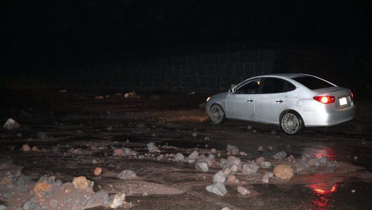 Gran cantidad de rocas y arena descendieron por las faldas del Volcán de Fuego. (Foto Prensa Libre: Carlos Paredes)