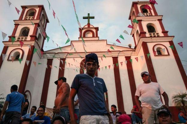 Uno de los migrantes hondureños que hace parte de la caravana que intenta llegar a Estados Unidos espera en la plaza de Pijijiapan, en el sur de México, poder continuar con su viaje hacia el norte de México. GETTY IMAGES