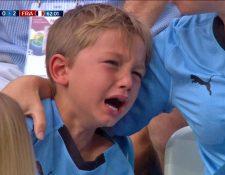 Este pequeño aficionado uruguayo se volvió viral por su llanto en la eliminación de su selección. (Foto Prensa Libre: Twitter)