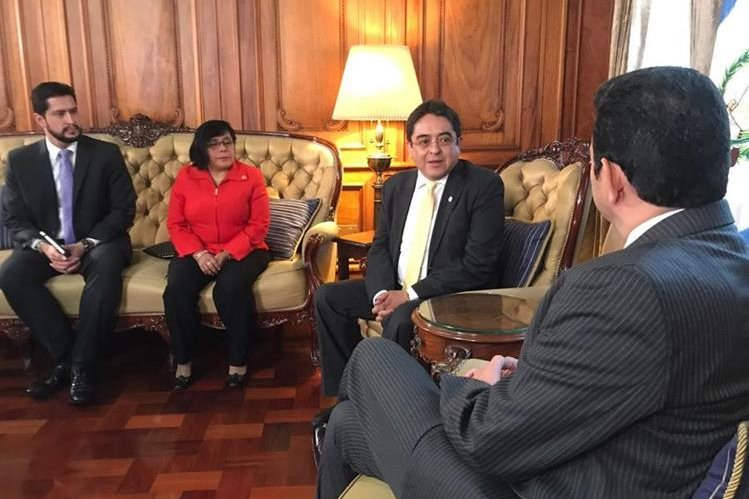 El procurador Jordán Rodas (centro) afirma que no ha tenido respuesta del presidente Jimmy Morales (derecha) para un acercamiento. (Foto: Hemeroteca PL)