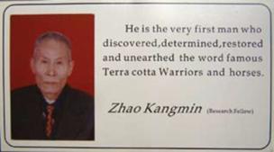 """Zhao repartía esta tarjeta a los visitantes del Museo. En ella se lee: """"Él es el verdadero hombre que descubrió, determinó, restauró y desenterró los mundialmente conocidos Guerreros y Caballos de Terracota"""". JOHN MAN"""