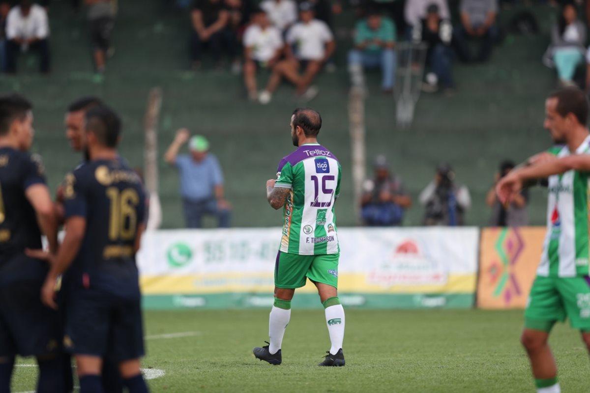 José Manuel Contreras de Antigua GFC salió expulsado por doble tarjeta amarilla. (Foto Prensa Libre: Carlos Vicente)