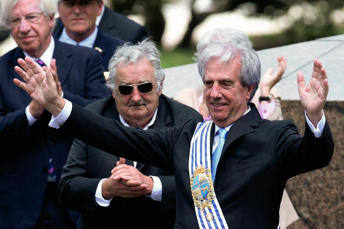Opacado por la fama mundial de Mujica, Vázquez asume en Uruguay