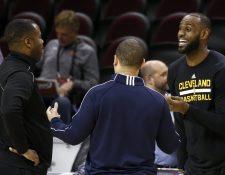 El pívot de los Cleveland Cavaliers, LeBron James (d) conversa con su entrenador Tyronn Lue (c) durante el entrenamiento del equipo en el Quicken Loans Arena de Cleveland, Ohio. (Foto Prensa Libre: EFE)