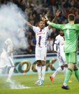 Mientras Corentin Tolisso del Lyon festejaba un gol frente al Besiktas, aficionados lanzaron objetos a la canchas. (Foto Prensa Libre: AP)