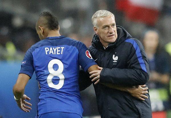 Didier Deschamps, técnico de Francia, saluda al mediocampista Dimitri Payet, en el juego que su selección derrotó a Islandia (Foto Prensa Libre: AP)