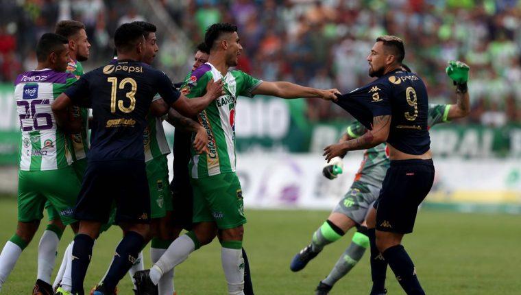 Darío Carreño (derecha) estuvo en el ojo del huracán en el juego de ida contra Antigua GFC. (Foto Prensa Libre: Carlos Vicente)