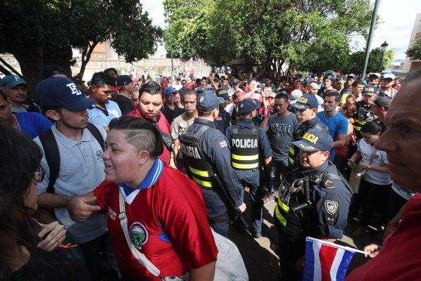 Varios costarricenses portaban la camisa de Costa Rica (Foto Prensa Libre: La Nación)