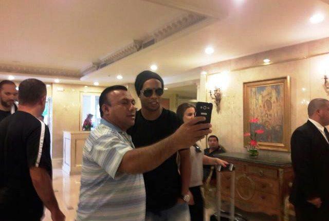 Ronaldinho a su llegada al hotel Westin Camino Real es recibido por aficionados. (Foto Prensa Libre)