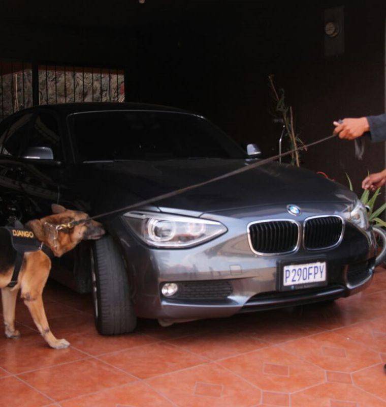 En los allanamientos también se encontraron vehículos de diferentes marcas. (Foto Prensa Libre: Cortesía PNC)