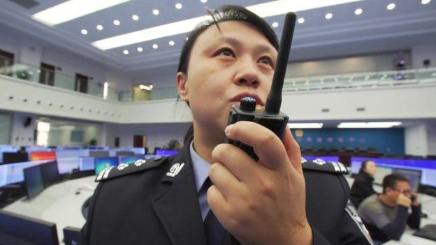 Xu Yan, policía en la ciudad china de Guiyang, en una sala donde se procesan los datos de las cámaras.