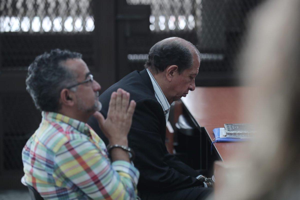 Los sindicados Luis Mijangos y Edgar Fernández fueron los únicos que llegaron a la audiencia donde se resolvió el arresto domiciliario para ellos y los exdiputados. (Foto Prensa Libre: Juan Diego González)