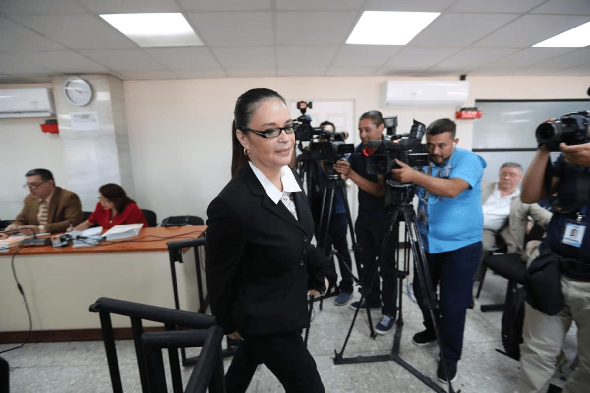 La ex vicepresidenta Roxana Baldetti ingresa al tribunal donde se lleva a cabo el juicio por el caso de la descontaminación del Lago de Amatitlán. (Foto Prensa Libre: Érick Ávila)
