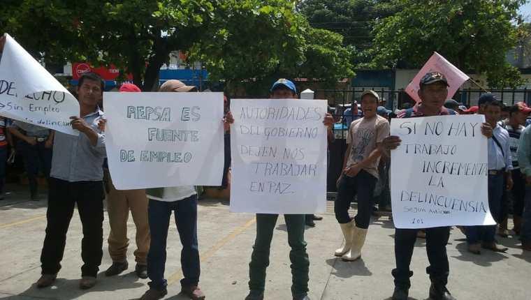 En Sayaxché, Petén, presuntos trabajadores de la empresa Repsa manifiestan por cierre parcial de operaciones. (Foto Prensa Libre: Rigoberto Escobar)