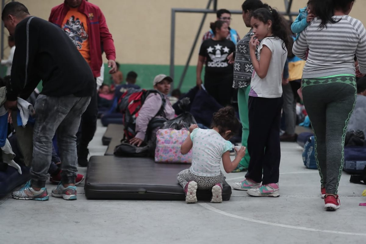 Familias enteras salieron de su hogar en Honduras acompañando esta caravana. (Foto Prensa Libre: Juan Diego González)