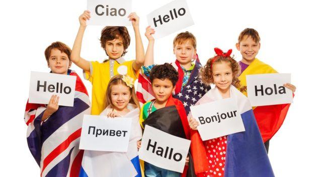 Varios estudias demuestran que las generaciones más jóvenes tienen un mayor conocimiento de idiomas que las anteriores. (GETTY IMAGES)