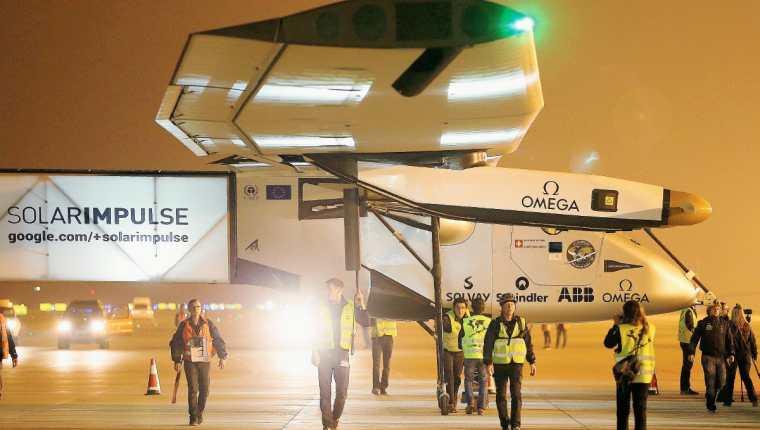 EL personal técnico caminan al lado de la aeronave Solar Impulse 2. (Foto Prensa Libre:AFP)