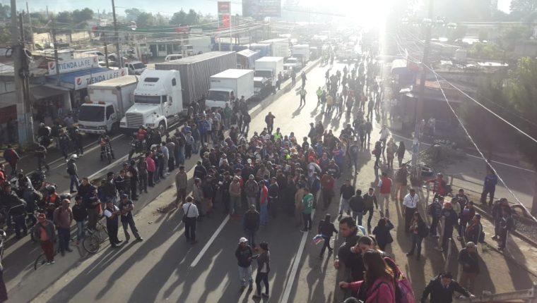 Pobladores bloquean el paso en la ruta Interamericana, en el km 49, porque el libramiento de Chimaltenango impide que accedan a la escuela y el cementerio locales. (Foto Prensa Libre: Cortesía Víctor Chamalé)