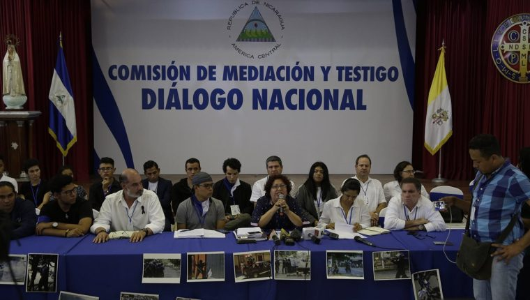 Representantes de la opositora Alianza por la Justicia y la Paz hablan antes de reiniciar el diálogo nacional en Managua, Nicaragua. (Foto Prensa Libre:EFE).