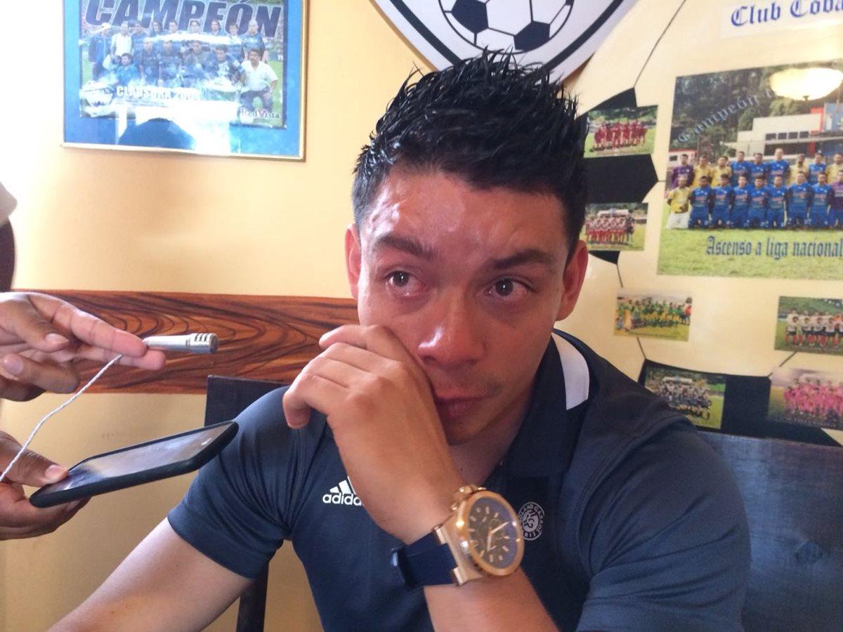 Robin Betancourth se despidió muy triste de la afición cobanera, principalmente de los niños que siempre lo apoyaron. (Foto Prensa Libre: Eduardo San Chun)