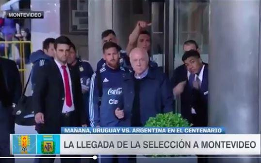 Lionel Messi con la ayuda de sus compañeros y seguridad llamó al niño para poder tomarse la fotografía. (Foto Prensa Libre Captura de pantalla)