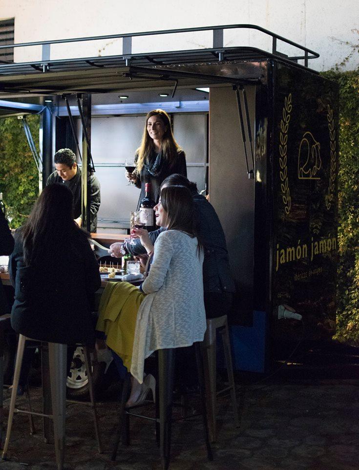 El Wine Truck ofrece productos en forma práctica.
